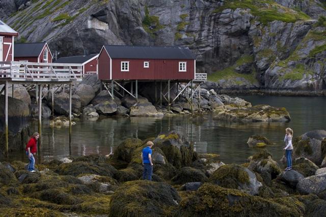Rorbuer – tradycyjne chaty rybaków, Lofoty, Norwegia. Wycieczka naLofoty – Hit The Road Travel