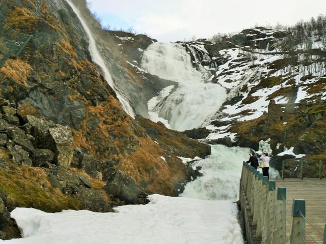 Przystanek przy wodospadzie wdrodze doFlåm. Fiordy norweskie wycieczka, wycieczki doNorwegii – Hit The Road Travel