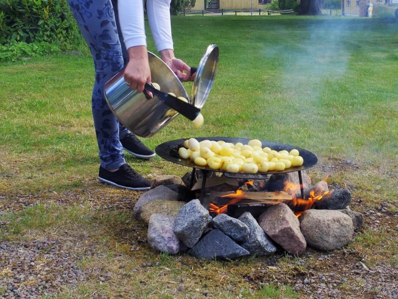 Wspólne gotowanie nałonie natury. Wyprawy wędkarskie doSzwecji – Hit The Road Travel