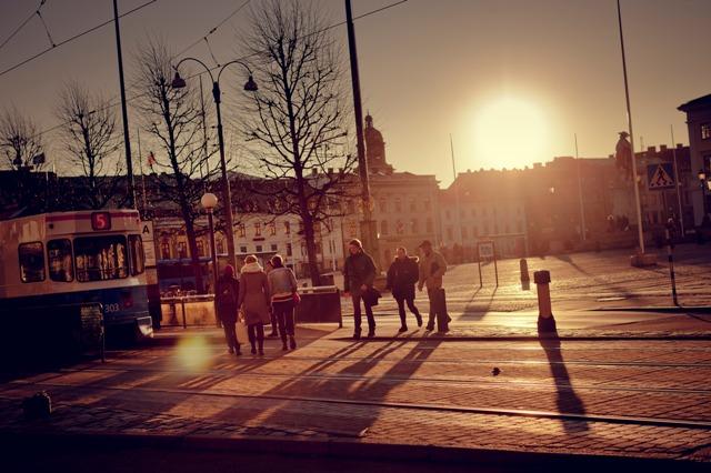 Rynek iwieża Christinae Kyrka wtle, Göteborg. Wyjazd doSzwecji, wycieczka doGöteborga – Hit The Road Travel