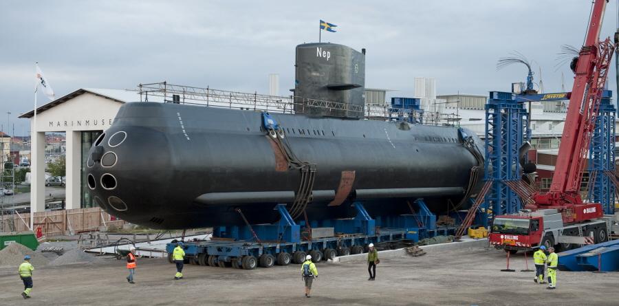 Eksponat transportowany donowej hali łodzi podwodnych wMuzeum Morskim wKarlskronie. Wycieczki doSzwecji, wycieczki promem – Hit The Road Travel