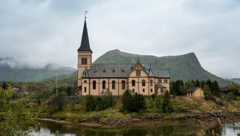 Kościół Vågan – zwany katedrą Lofotów, Norwegia. Wycieczka naLofoty – Hit The Road Travel