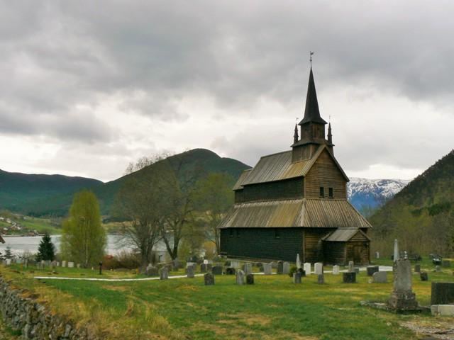 Kościół klepkowy wKaupanger (Kaupanger stavkirke). Fiordy norweskie wycieczka, wycieczki doNorwegii – Hit The Road Travel
