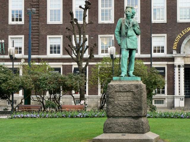 Pomnik Edvarda Griega wBergen. Fiordy norweskie wycieczka, wycieczki doNorwegii – Hit The Road Travel
