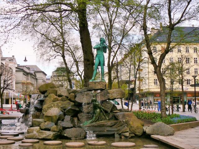 Bergen, pomnik Ole Bull. Fiordy norweskie wycieczka, wycieczki doNorwegii – Hit The Road Travel