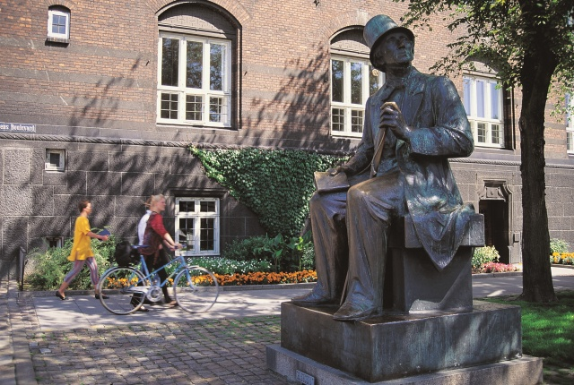 H. C. Andersen statue in Copenhagen. Trip to Denmark, Denmark tours, travel to Denmark – Hit The Road Travel