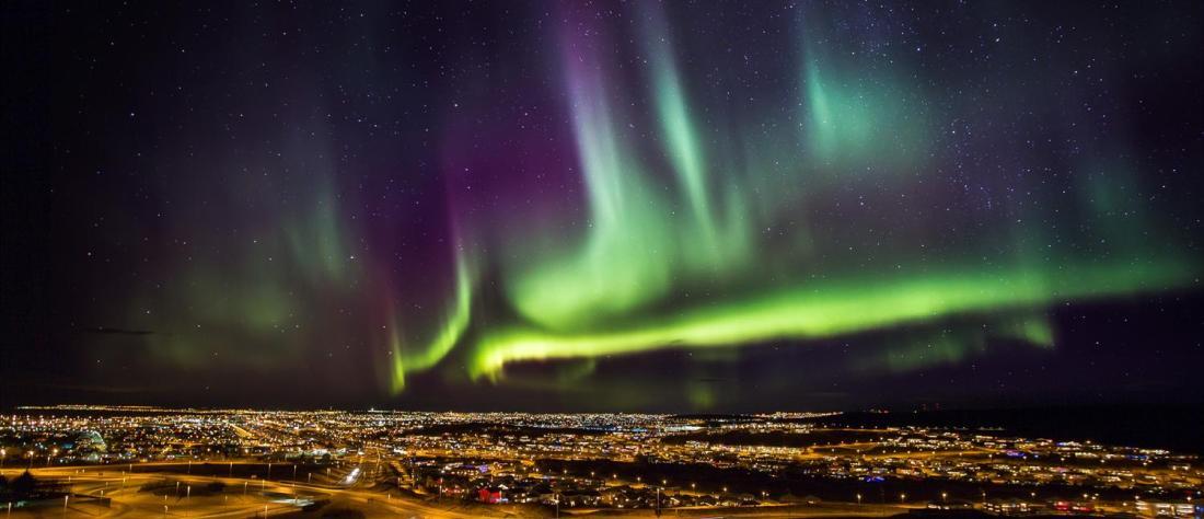 Zorza polarna nadReykjavíkiem. Islandia wycieczki, wycieczka naIslandię – Hit The Road Travel