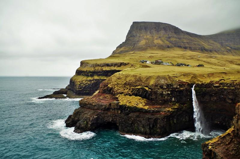 Gásadalur - malownicza miejscowość na wyspie Vágar. Wyspy Owcze - Hit The Road Travel