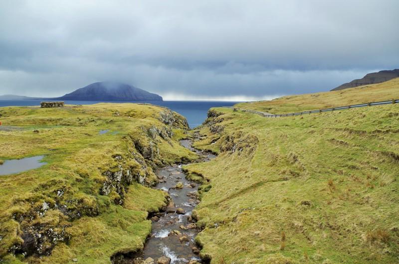Widok zmiejscowości Norðradalur nawyspie Streymoy nawyspę Koltur. Wyspy Owcze - Hit The Road Travel