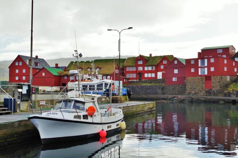 """Tinganes - dzielnica rządowa wTórshavn, stolicy Wysp Owczych, zwana """"Zieloną starówką"""". Hit The Road Travel"""