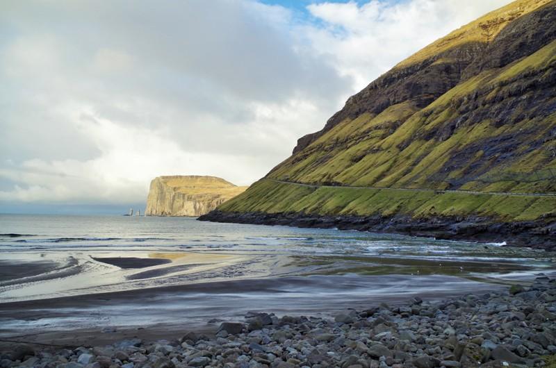 Widok nagórę Eiðiskollur nawyspie Eysturoy zmiejscowości Tjørnuvík nawyspie Streymoy. Wyspy Owcze - Hit The Road Travel