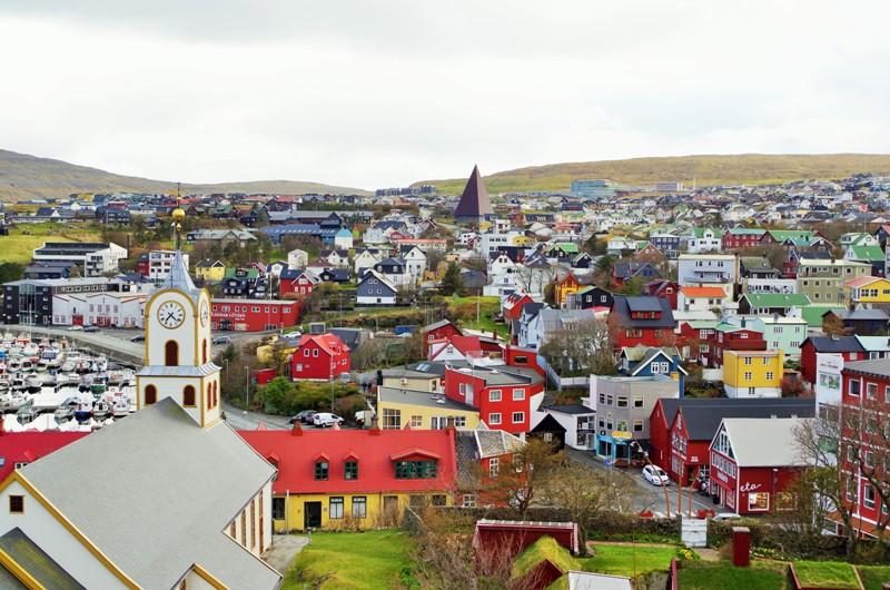 Tórshavn - stolica Wysp Owczych. Napierwszym planie katedra. Hit The Road Travel